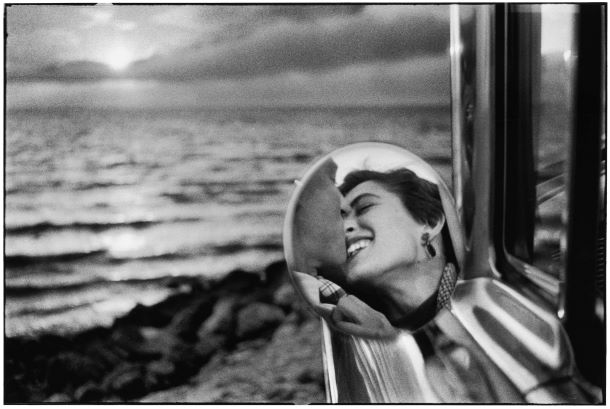 USA_California_1956_kiss_bacio_retrovisore_Elliott_Erwitt.jpg